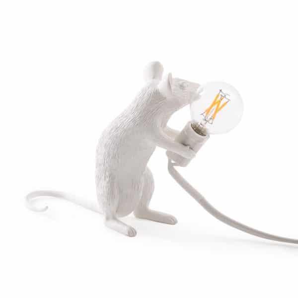 Tämän pikkuveitikan nimi on Lop. Hän seikkailee taloissa etsien eriskummallisia tavaroita. Tämä Seletti Mouse -valaisin ei varmastikaan jää huomiotta kotonasi!