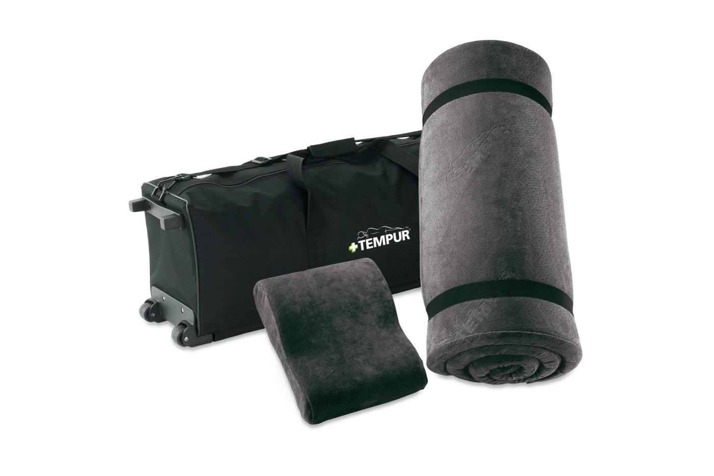 TEMPUR-matkasetti on siisti, kätevä ja helposti mukana liikuteltava matkakokonaisuus, jossa on kaikki mitä tavitset tilapäiseen nukkumisergonomian parantamiseen. Kokonaisuus sisältää TEMPUR-sijauspatjan (70x200x3,5 cm) ja matkatyynyn (Original M, 25 cm kapeana). Kulkee kevyesti vetokahvalla ja pyörillä.