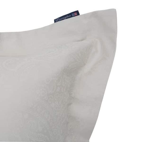 Puuvillasatiini antaa ihanan nukkumiskokemuksen, joten olemme yhdistäneet yksinkertaisen, raikkaan ulkoasun tähän ylellisen pehmeään tyynyliinaan. Jakardiyksityiskohdat ja koristeelliset reikäompeleet reunoilla, saumattoman ulkoasun takaa sulkuläppä.