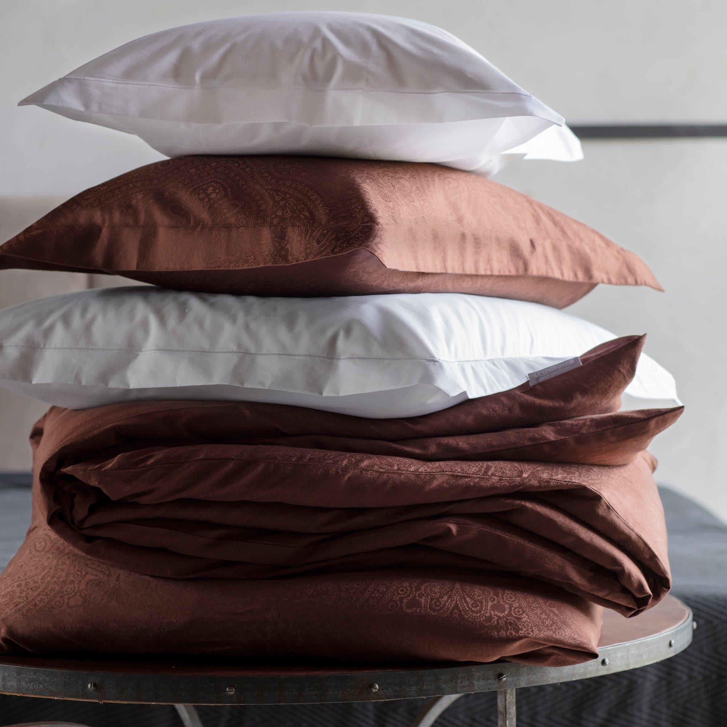 Puuvillasatiini antaa ihanan nukkumiskokemuksen, joten olemme yhdistäneet yksinkertaisen, raikkaan ulkoasun tähän ylellisen pehmeään pussilakanaan. Se on helppo yhdistää muihin vuodevaatteisiisi. Jakardiyksityiskohdat ja koristeelliset reikäompeleet reunoilla.