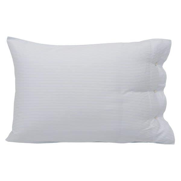 Tencel tuntuu ihanan pehmeältä iholla. Kun sen yhdistää hengittävään puuvillaan se saa sinut nukahtamaan hetkessä, kun lasket pääsi tälle tyynyliinalle.