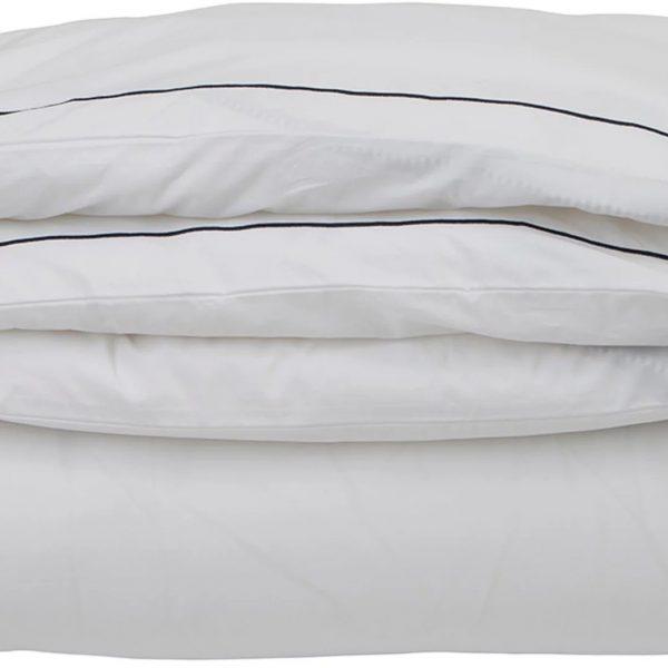 Kun haluat hyvät yöunet, tämä perkaalipuuvillainen pussilakana tuudittaa sinut pehmeydellään uneen. Sininen tehostereunalla tekee pussilakanasta tyylikkään näköisen!
