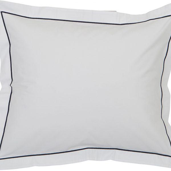 Kun haluat hyvät yöunet, tämä perkaalipuuvillainen tyynyliina tuudittaa sinut pehmeydellään uneen. Sininen tehostereunalla tekee tyynyliinasta tyylikkään näköisen!