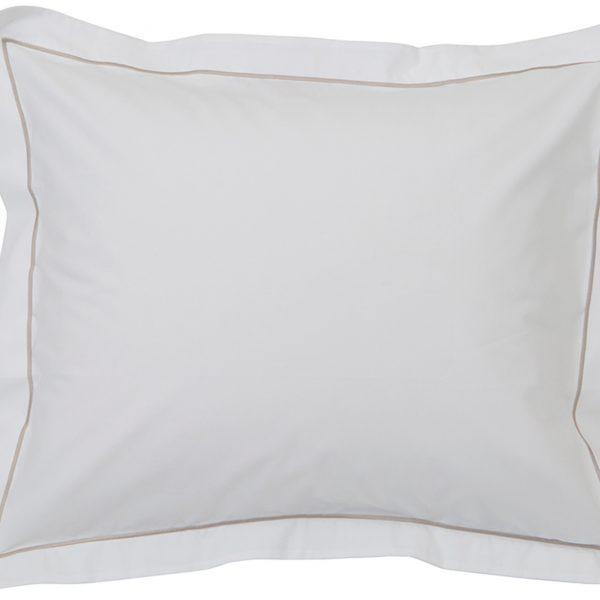 Kun haluat hyvät yöunet, tämä perkaalipuuvillainen tyynyliina tuudittaa sinut pehmeydellään uneen. Vaalean beige tehostereunalla tekee tyynyliinasta tyylikkään näköisen!