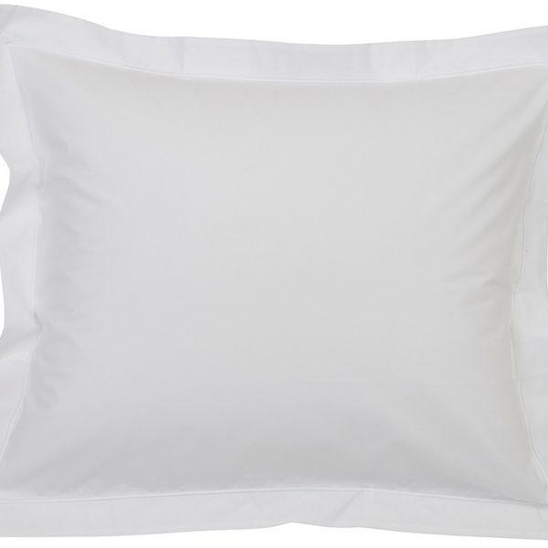 Kun haluat hyvät yöunet, tämä perkaalipuuvillainen tyynyliina tuudittaa sinut pehmeydellään uneen. Valkoinen tehostereunalla tekee tyynyliinasta tyylikkään näköisen!