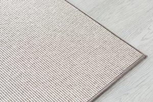 Ajaton ja helppohoitoinen Esmeralda-matto palvelee sinua uskollisesti monia vuosia. Matto on käsitelty likaa hylkiväksi ja sen pohjassa oleva pohjausmateriaali estää mattoa liukumasta. Pohjausmateriaali sopii kaikille lattiamateriaaleille eikä jätä jälkiä lattiaan.