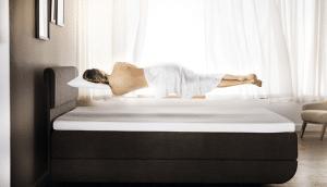 Kuvassa kuvaillaan sitä, miltä TEMPUR-patjalla nukkuminen tuntuu - painottomalta