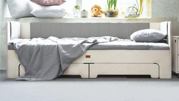 Sänky, joka on suunniteltu lapset mielessä pitäen siten, että he ovat saaneet osallistua suunnitteluprosessiin. Pyöristetyt kulmat ja kestävät materiaalit tekevät tästä turvallisen ja kauniin valinnan lapselle. Halutessaan sänky toimii päivällä sohvana muutaman tyynyn ja päiväpeiton avulla.