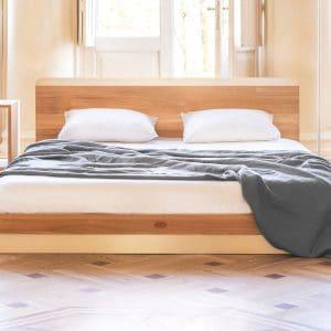 Kaissu Vira on upea, minimalistinen sänky, jossa on hoikasta muotoilusta huolimatta vahvuutta ja kestävyyttä antavat arvokkaat materiaalit – tammen massiivipuu sekä metalli. Rungon alaosa ja päädyn yläosa on muotoiltu harjatulla, mattapintaisella metallilla.